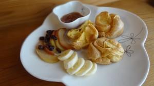 ポップオーバー~りんご&レーズン煮,バナナ,手作りいちじくジャムを添えて~