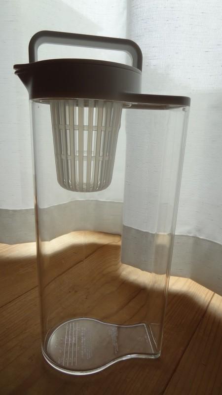 無印良品の「アクリル冷水筒 冷水専用約2L」縦置き