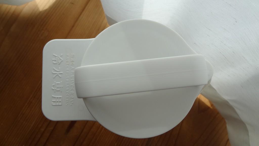 無印良品の「アクリル冷水筒 冷水専用約2L」白いふた部分