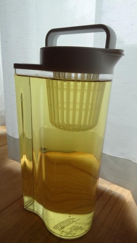無印良品の「アクリル冷水筒 冷水専用約2L」中身は阿波晩茶