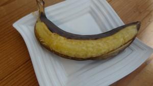 皮を少しめくった焼きバナナ