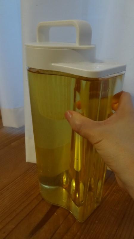 無印良品の「アクリル冷水筒 冷水専用約2L」持っているところ