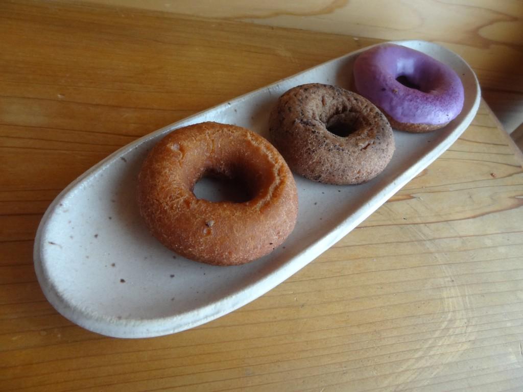 左からネイチャー,コーヒーメープル,紫いもドーナツ