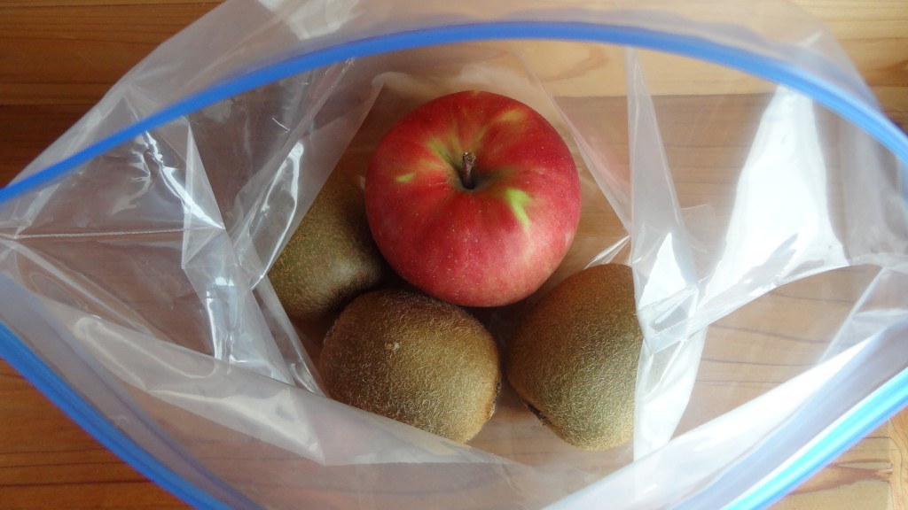 キウイをやわらかくする方法「キウイと一緒にりんごを入れて保存しておく」