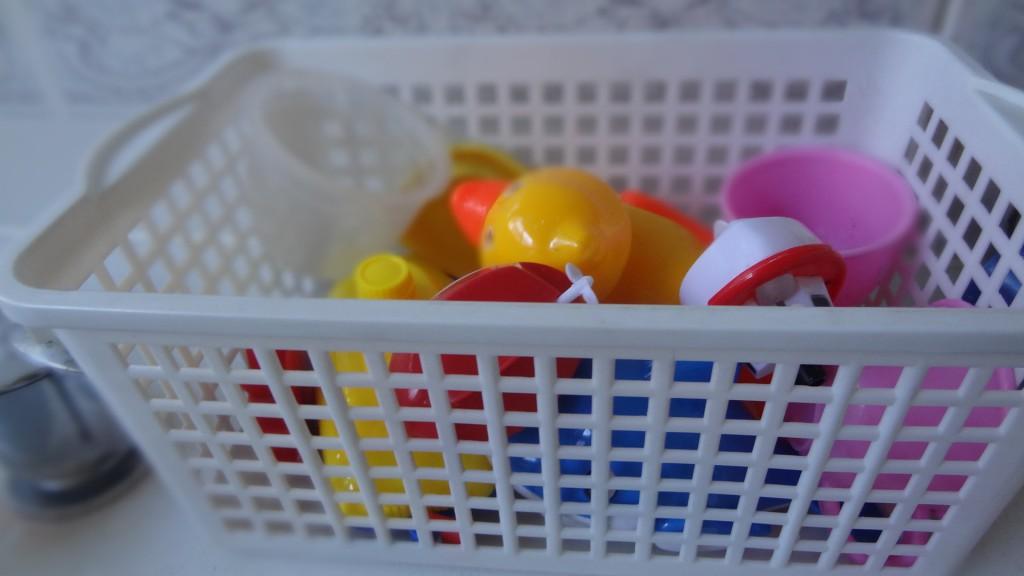ケースに入れてお風呂のおもちゃを収納する方法