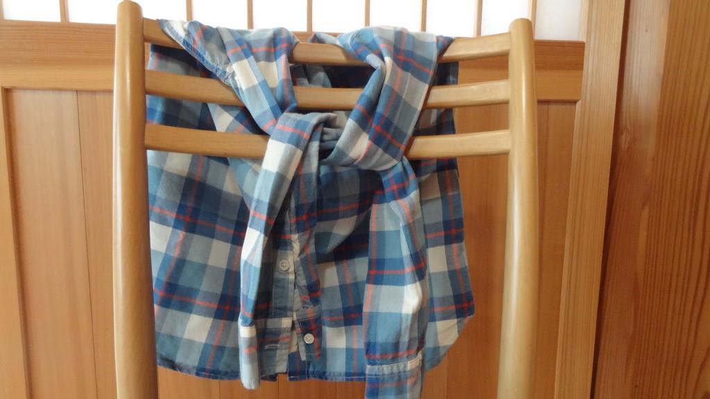 チェックシャツの腰巻きコーデ