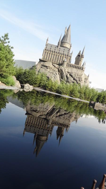三本の箒のテラス席で撮影した「逆さホグワーツ城」