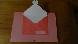 飛び出すカードの裏面に封筒(裏面が見えるように)を貼り付ける