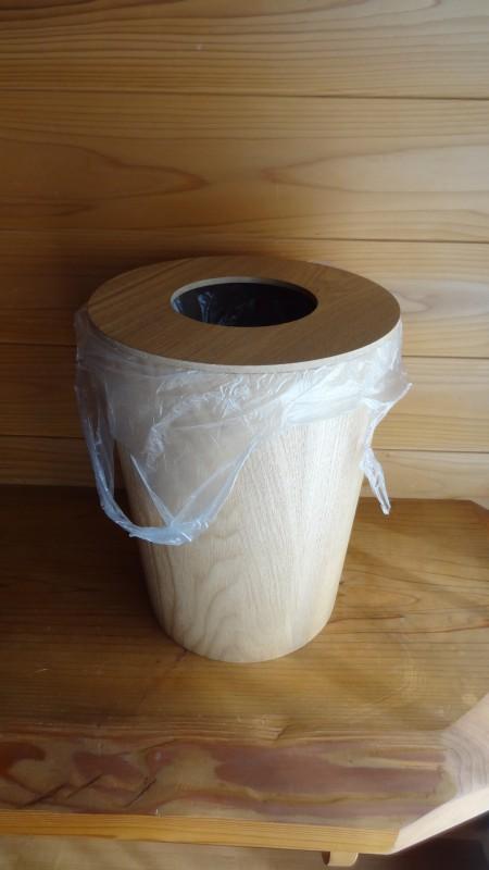 「タモ材ごみ箱・ふた付」にスーパーの袋をセットしたところ
