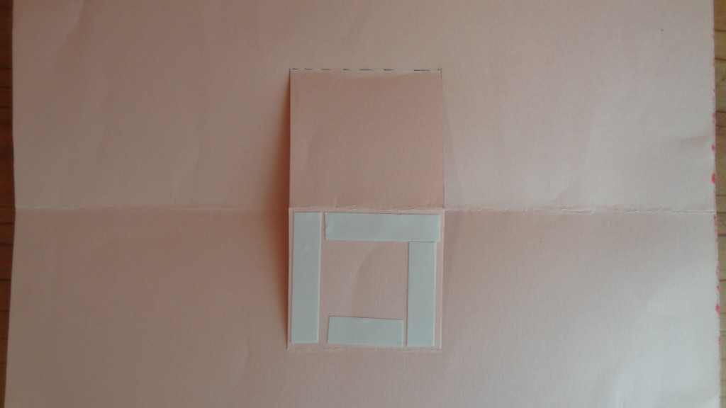 赤の四角の斜線部分に両面テープを貼った図