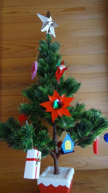 付属のオーナメントで飾り付けしたツリー