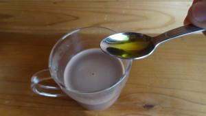 ホットココアに小さじ1杯のオリーブオイルを入れる