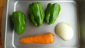 用意した野菜(にんじん,ピーマン,玉ねぎ)