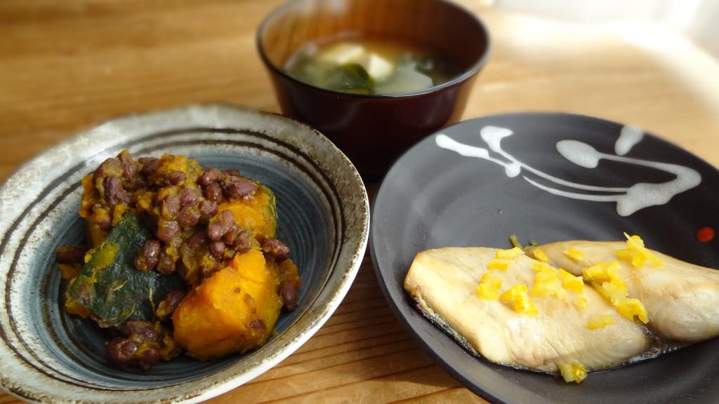 本日の献立は,「鰆のゆうあん焼き」,「かぼちゃと小豆のいとこ煮」,「味噌汁」
