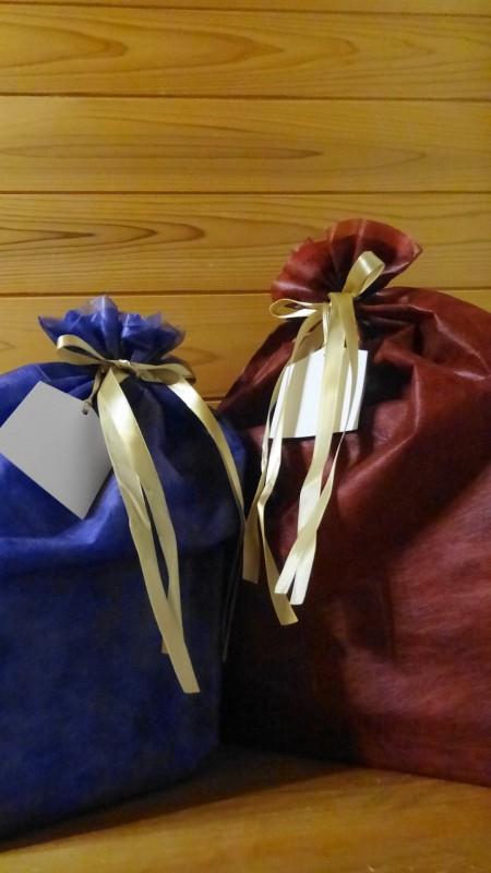2015年クリスマス,子供たちに届いたプレゼント(青い袋は息子あて,赤い袋は娘あて)