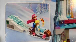 エルサ&アナがそりで滑っているところ(箱の写真)