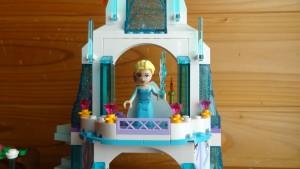 お城にいるエルサのアップ
