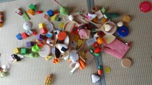 おもちゃで夢中に遊んでいる