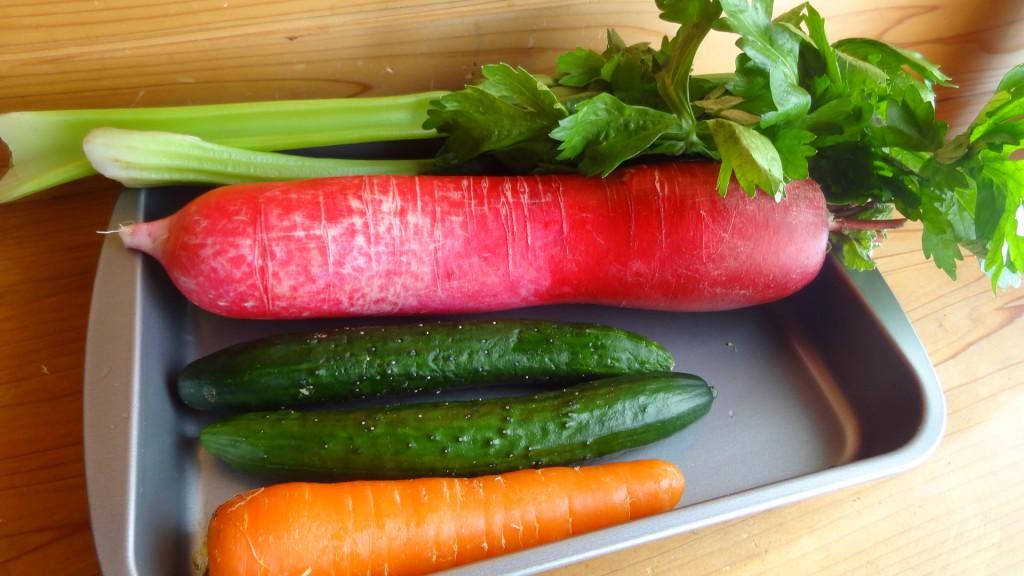 野菜スティックに使用する野菜(にんじん,きゅうり,赤大根,セロリ)