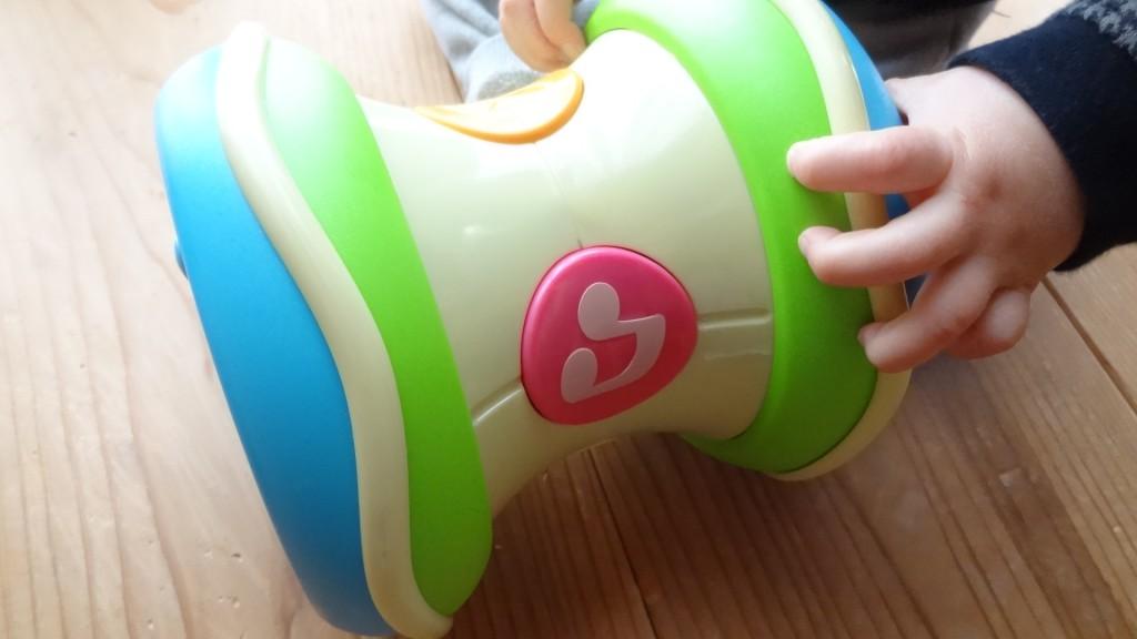 息子が「光るにぎやかドラム」で遊んでいる様子