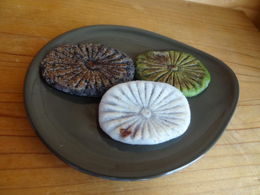 「滝のやき餅」(4)中央が白,左が胡麻,右が抹茶