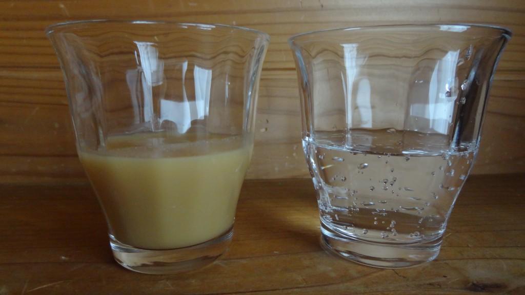 左:玄米甘酒,右:炭酸水