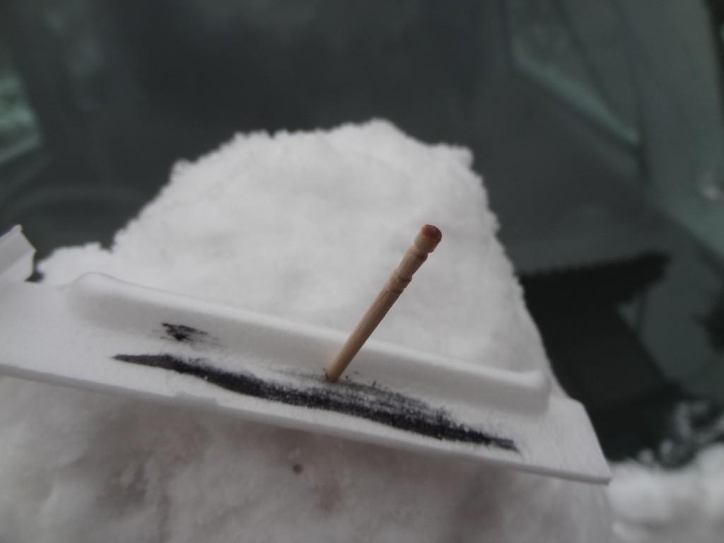 納豆の容器&爪楊枝で作ったオラフの眉