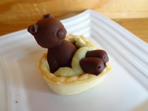 足部分が分かれているクマさんチョコのタルトカップ