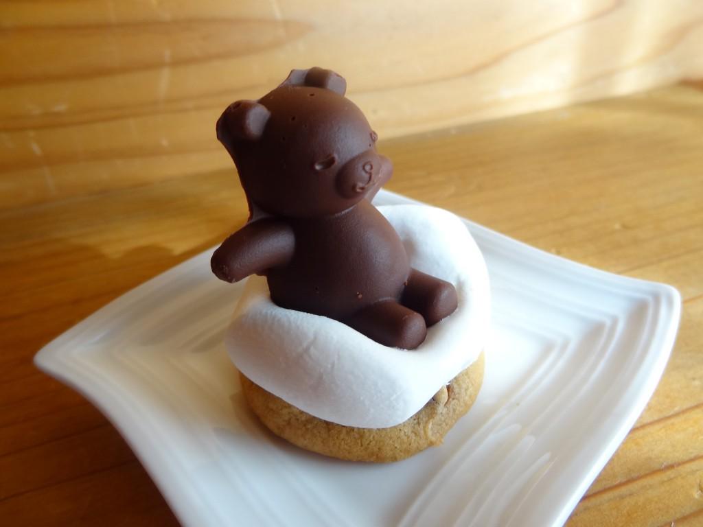 手を伸ばしているクマさんチョコのお風呂(カントリーマアム&マシュマロ)
