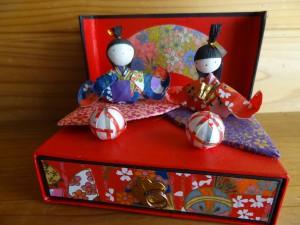 和紙で作られたひな人形(引き出しつき)