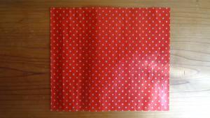 長方形の紙(赤地に白のドット)