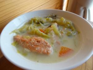 キャベツと甘塩サケの豆乳スープ