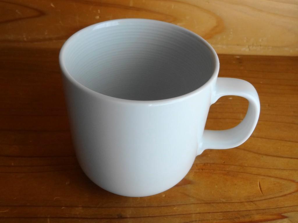 焼き付けに使用する無印良品の「白磁マグカップ」(1)