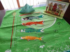 画用紙で折ったかぶと,立体カード,鯉のぼりの風呂敷の我が家の3点セット