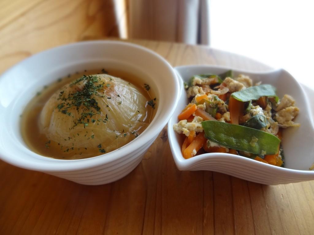 左:「新玉ねぎの丸ごとコンソメスープ」&右:「絹さやの卵とじ」