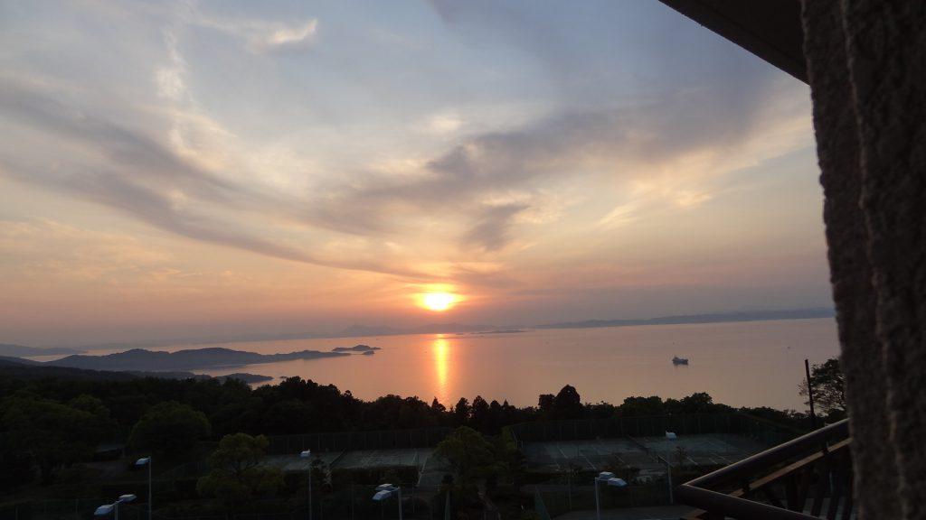 「リゾートホテルオリビアン小豆島」の客室から見た夕日