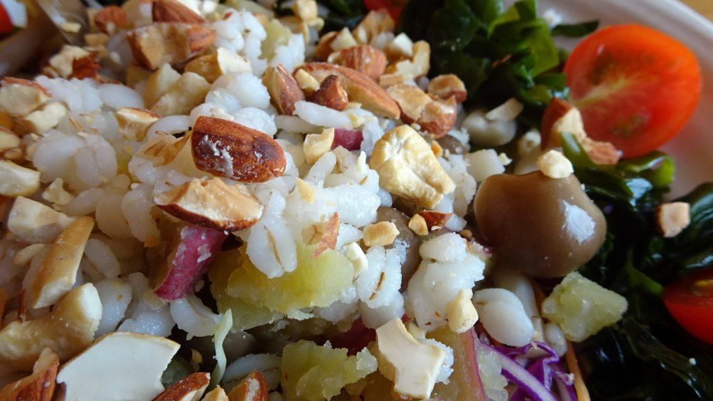 秋の食物繊維たっぷりサラダのアップ