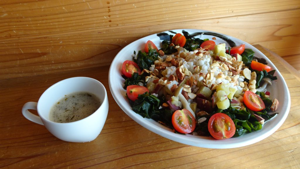 大皿に盛りつけた「秋の食物繊維たっぷりサラダ」&カップに入れた「アカモクすだちドレッシング」